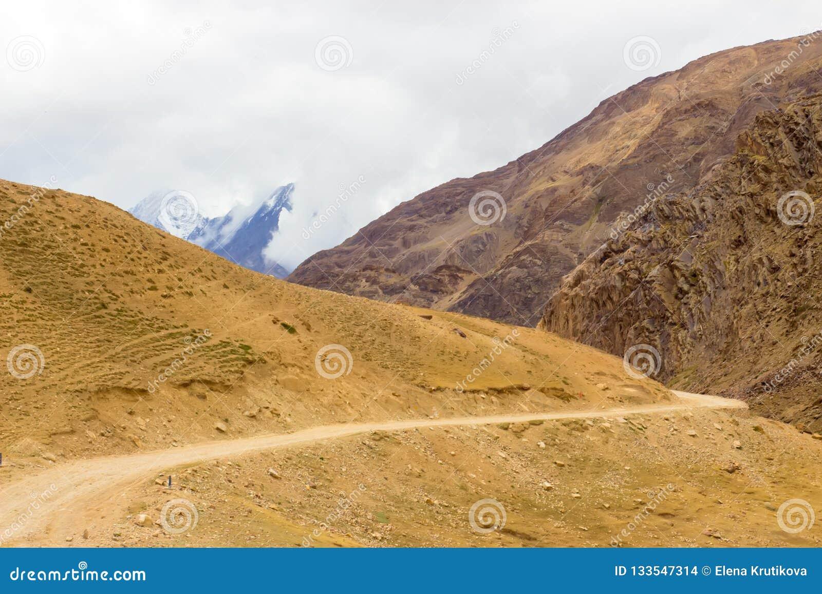 La route entre les montagnes mène à la vallée de Spiti