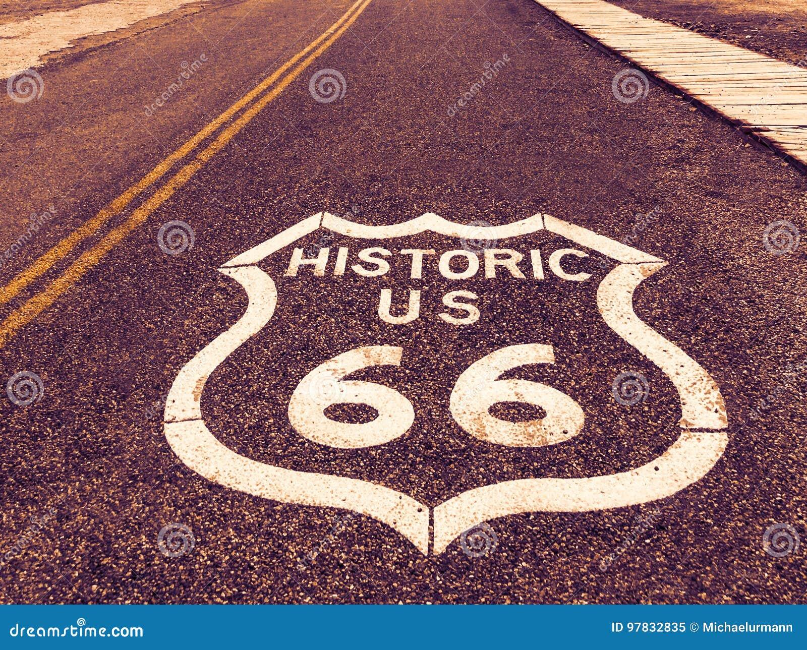 La route historique des USA Route 66 se connectent l asphalte dans Oatman, Arizona, Etats-Unis La photo a été faite pendant un vo