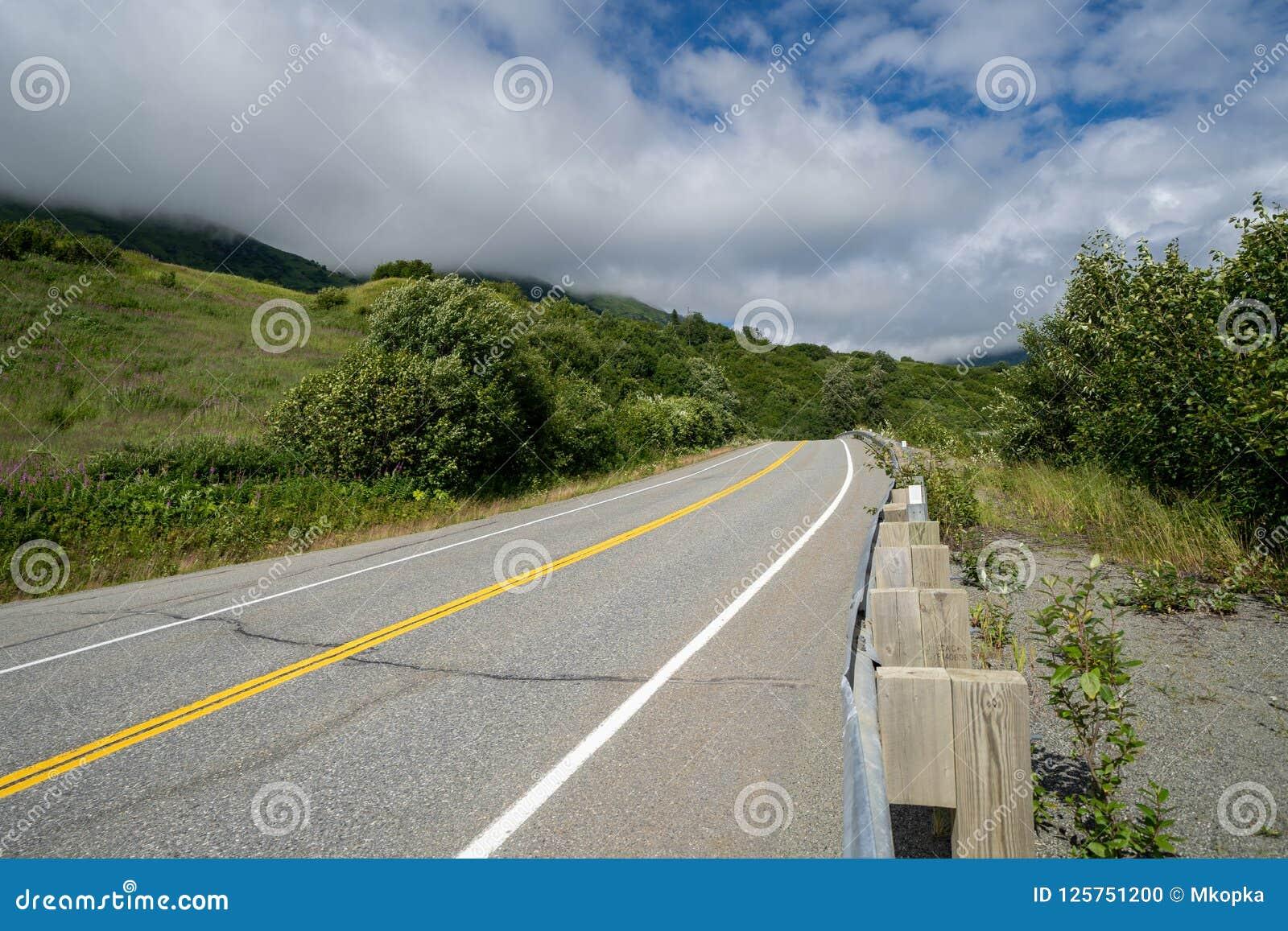 La route pavée au passage de Hatcher et l indépendance extraient près de Palmer Alaska