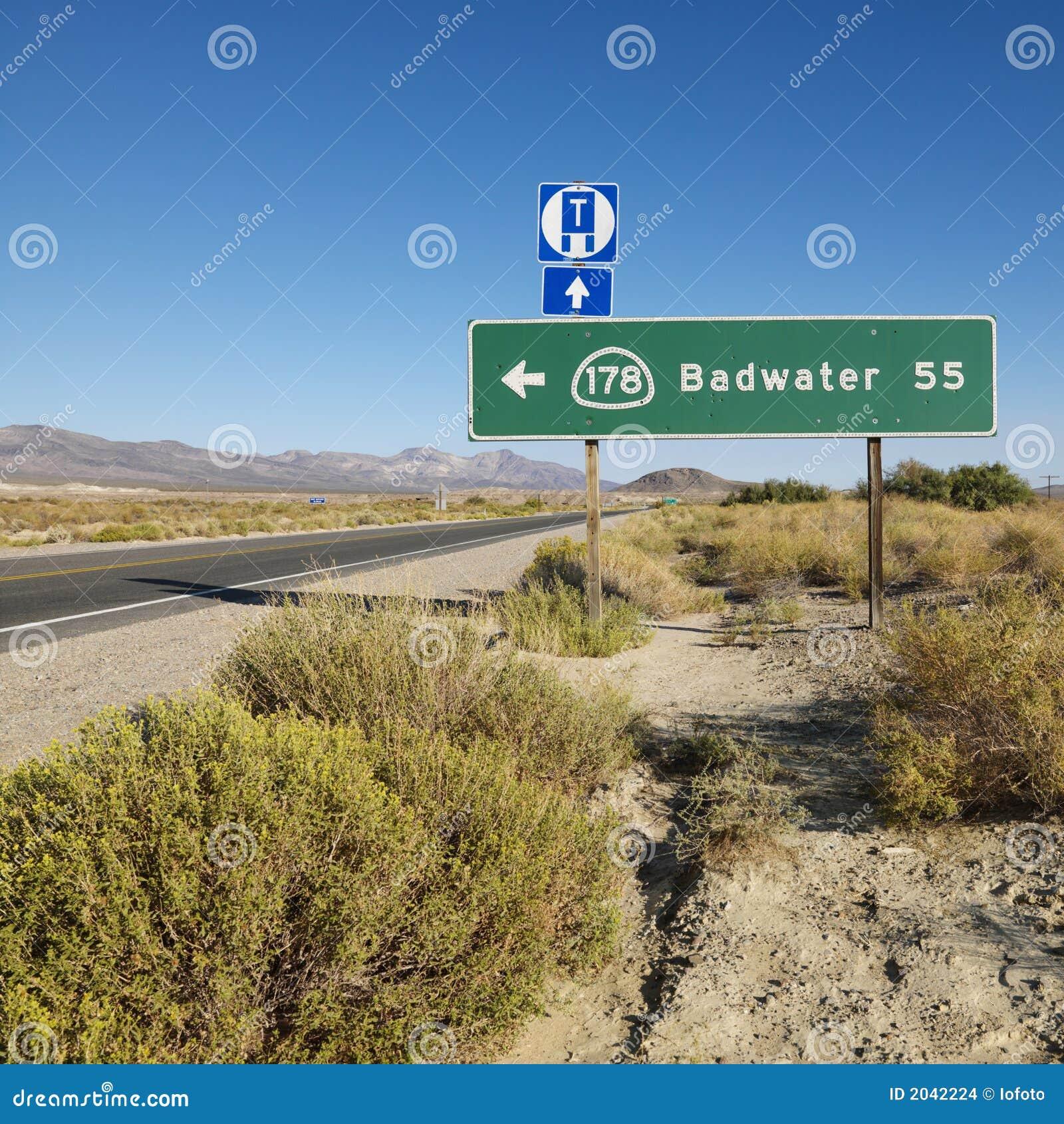 La route signent dedans le désert.
