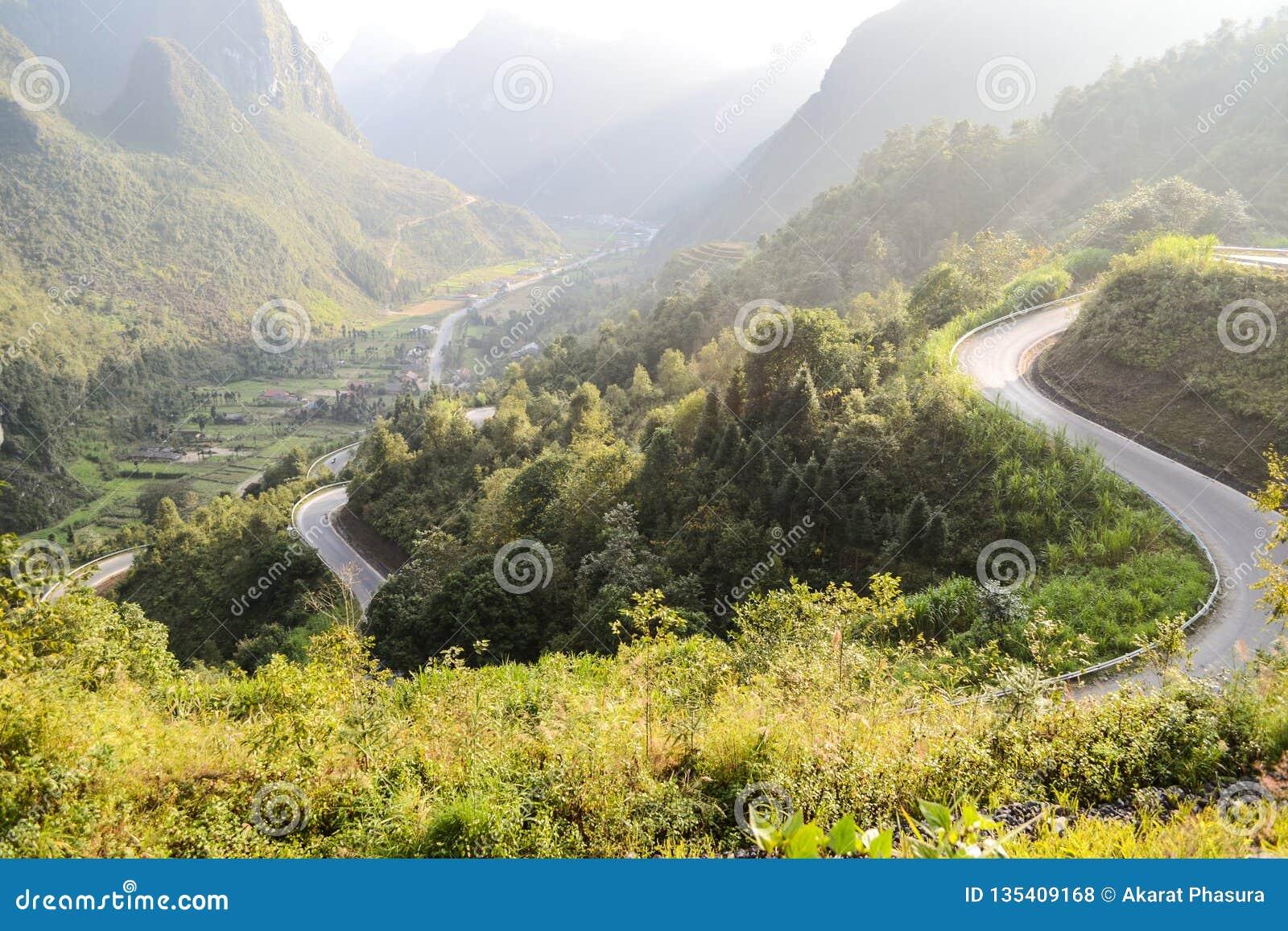 La route stupéfiante de passage de montagne a appelé neuf rampes ou Doc.s Chin Khoanh dans le Vietnamien près du parc géologique