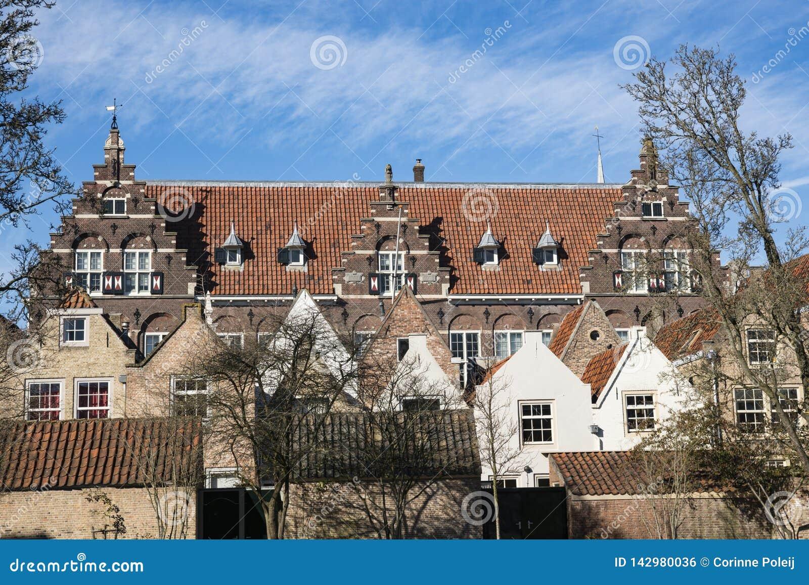 La rue a appelé Kloostertuin avec les bâtiments monumentaux dans Dordrecht, Pays-Bas