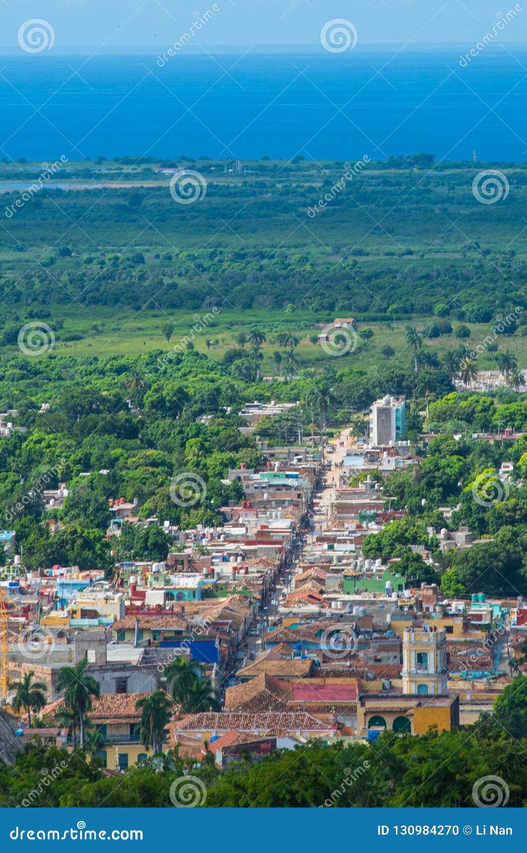 La rue des Caraïbes coloniale colorée donnent sur avec le bâtiment et la maison classiques, Trinidad, Cuba, Amérique