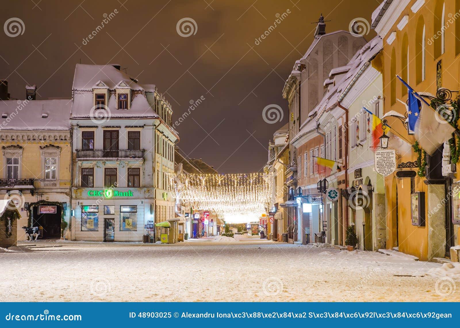 La rue et le Sfatului de Republicii ajustent en région de la Transylvanie de ville de Brasov de la Roumanie pendant l hiver