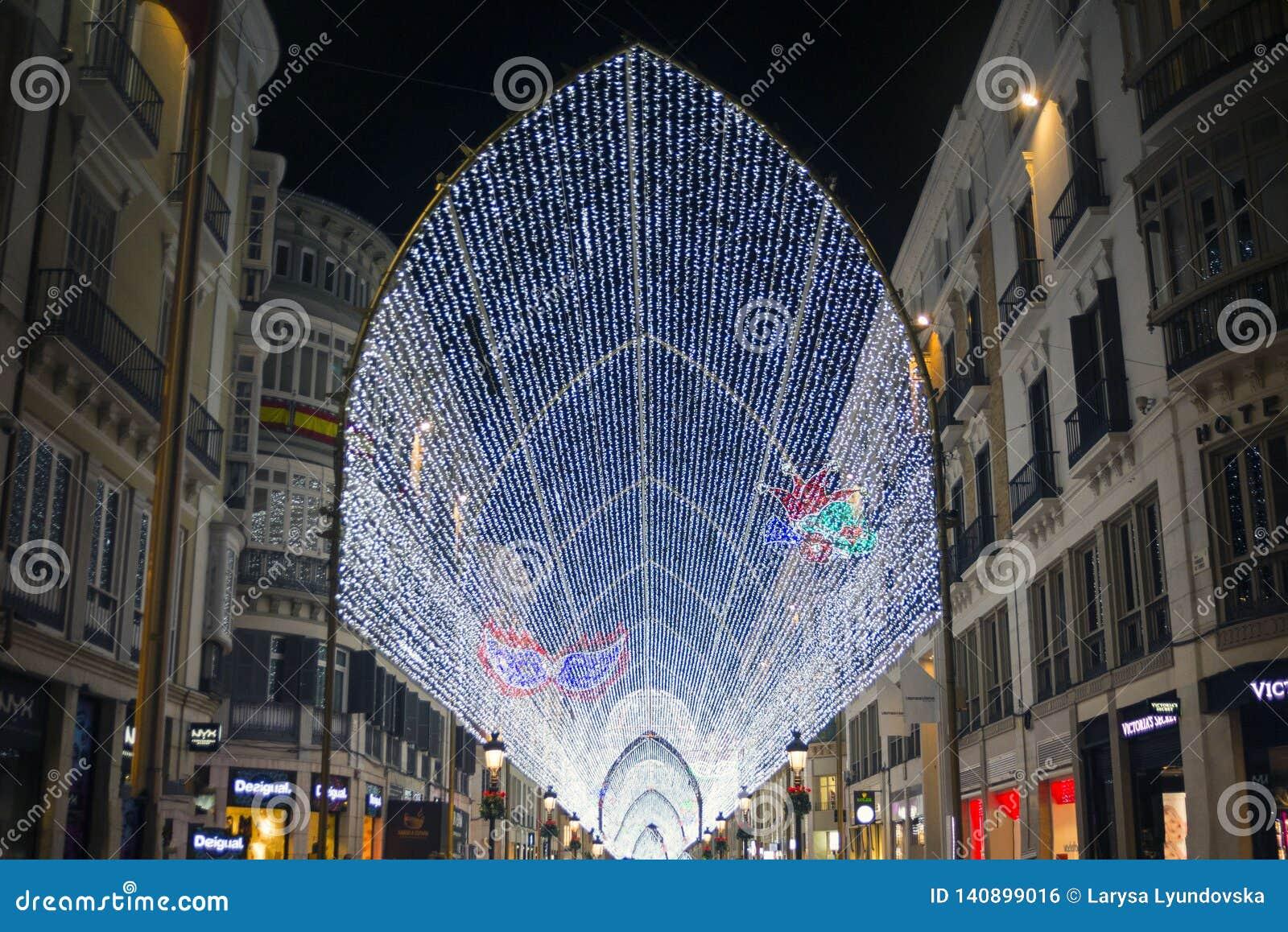 La rue principale célèbre de Malaga - Marquis de Larios la nuit Éclairage lumineux, guirlandes et lumières sur une rue piétonnièr