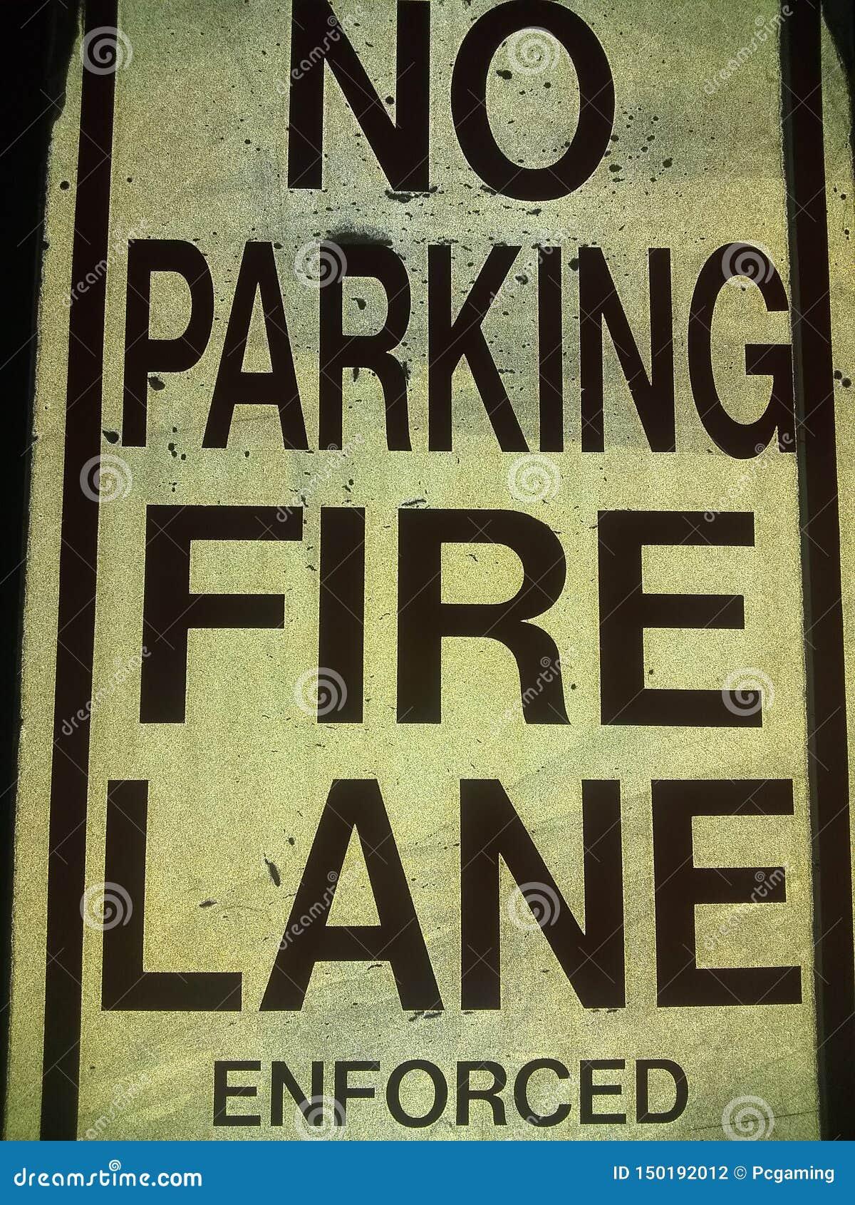La ruelle de feu de stationnement interdit a imposé noir et blanc