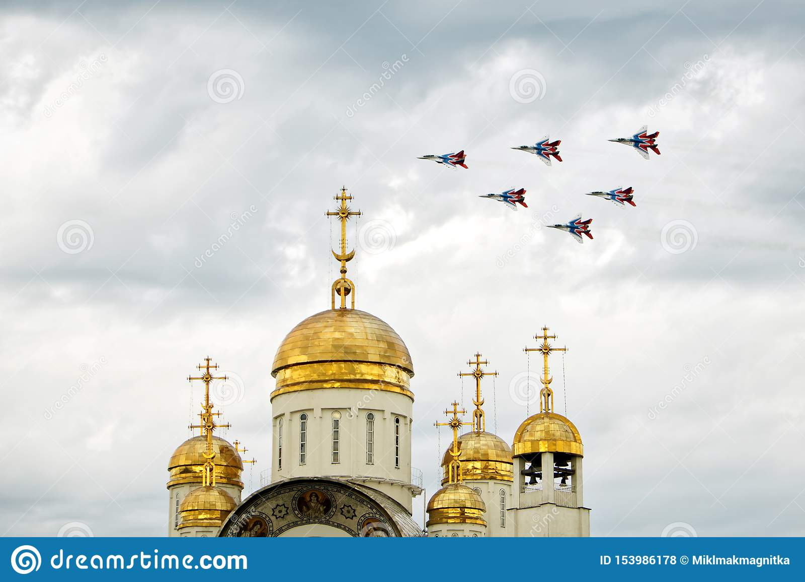 La Russia, Magnitogorsk, - 19 luglio, 2019 Il fulcro-Un russo il MIG 29 degli aerei di attacco sorvola una chiesa ortodossa