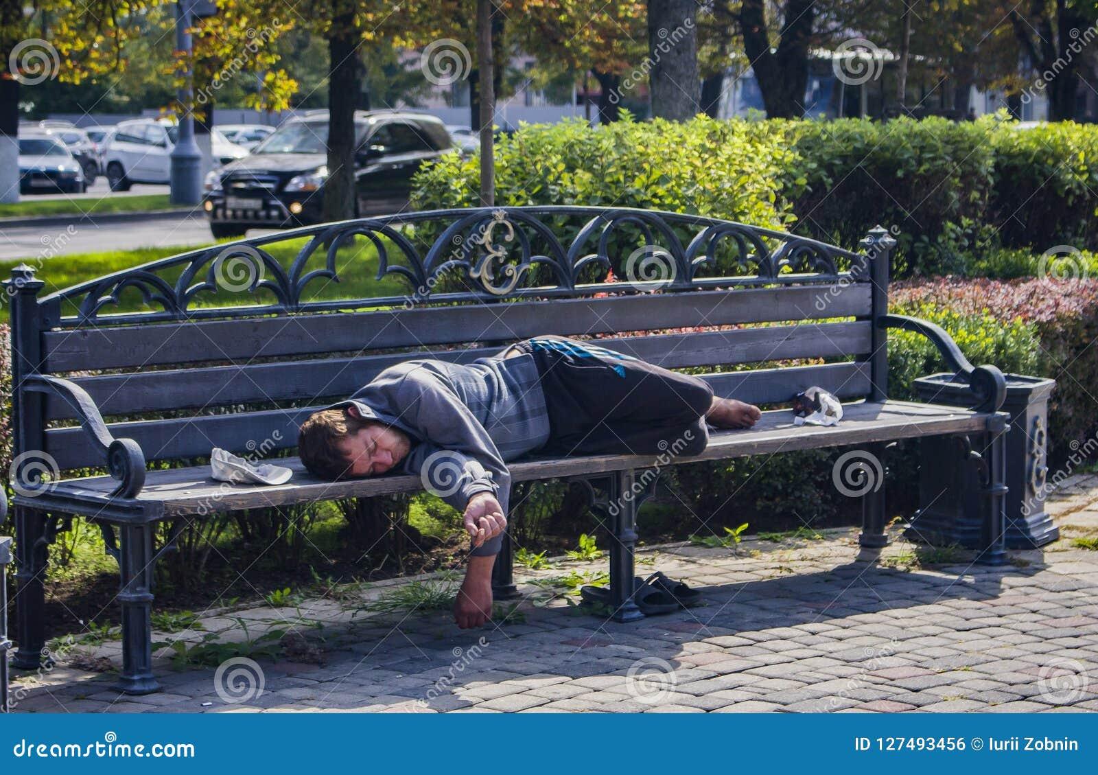 La Russie, clochard de Krasnodar le 29 septembre 2018 dort sur un banc dans la ville