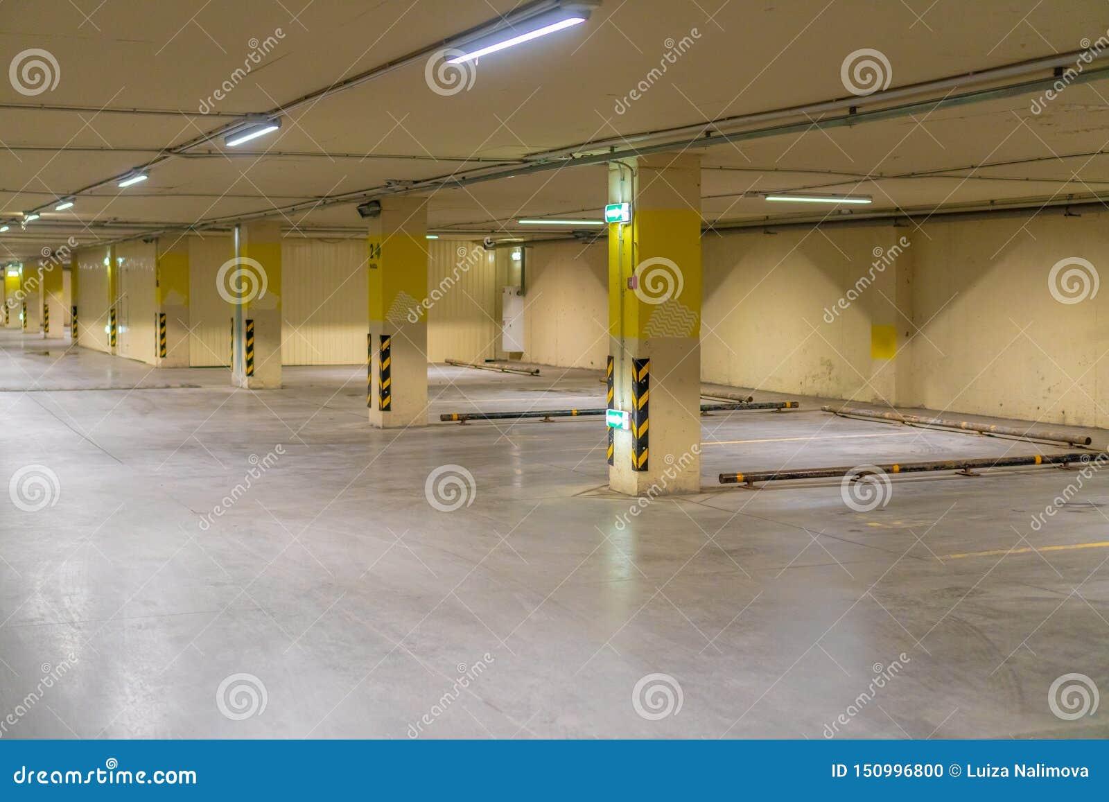La Russie, Kazan - 10 mai 2019 Stationnement souterrain lumineux sans voitures