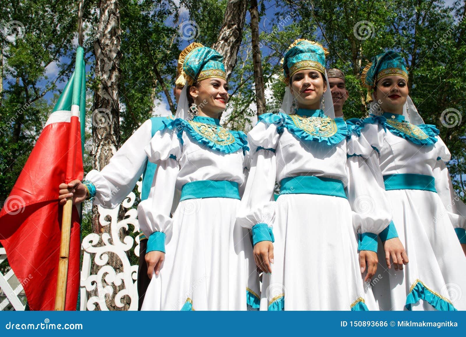 La Russie, Magnitogorsk, - juin, 15, 2019 Belles filles dans des costumes nationaux - participantes du défilé de rue pendant le S