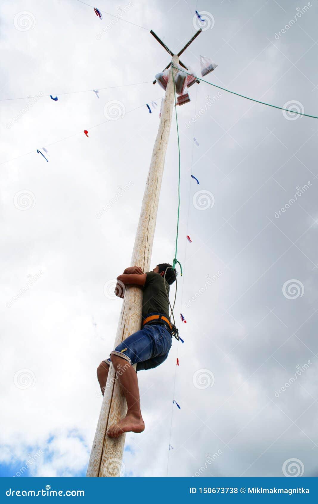 La Russie, Magnitogorsk, - juin, 15, 2019 Un homme s élève sur un poteau en bois grand pour un cadeau pendant le Sabantuy - les v