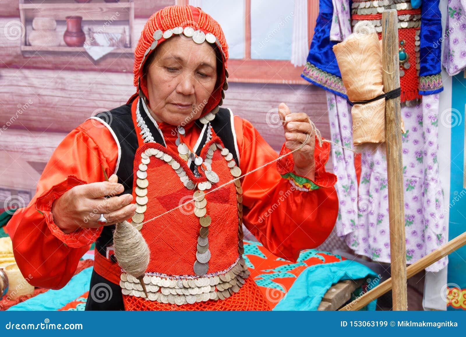 La Russie, Magnitogorsk, - juin, 15, 2019 Une femme avec un fil de rotations d axe pendant les vacances Sabantuy Robe nationale