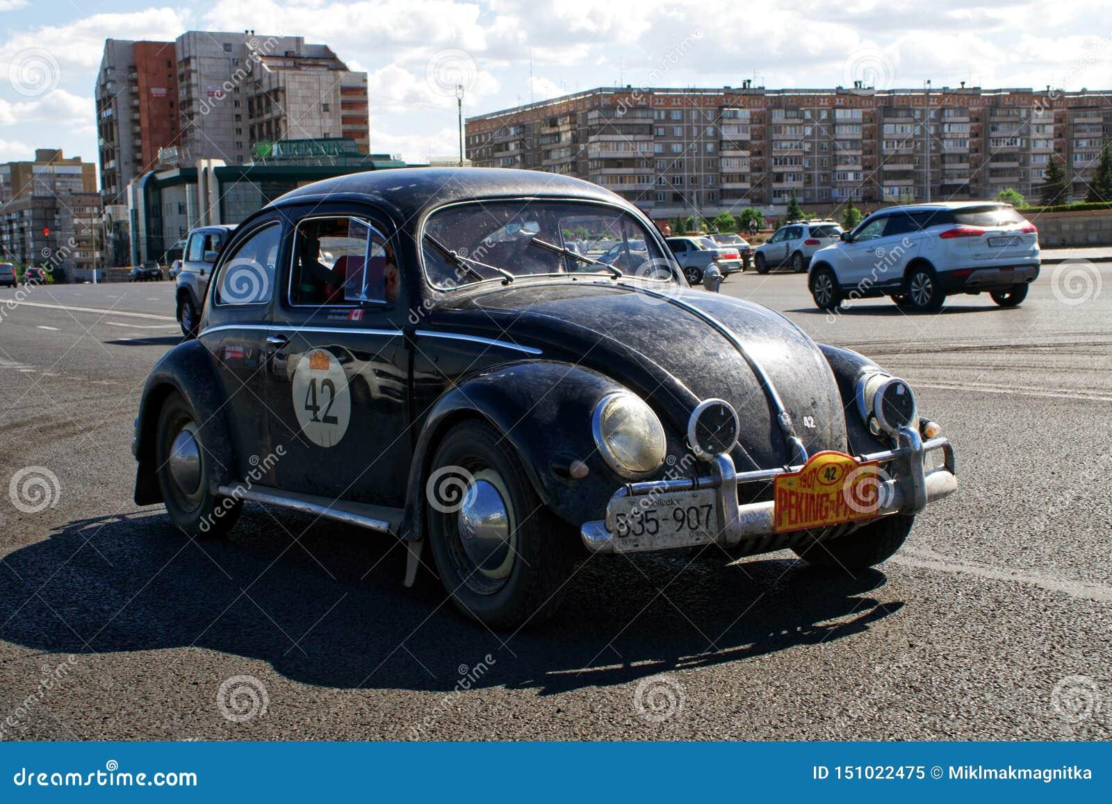 La Russie, Magnitogorsk, - juin, 20, 2019 Vieux tours de Volkswagen Beetle de rétro voiture par les rues de la ville