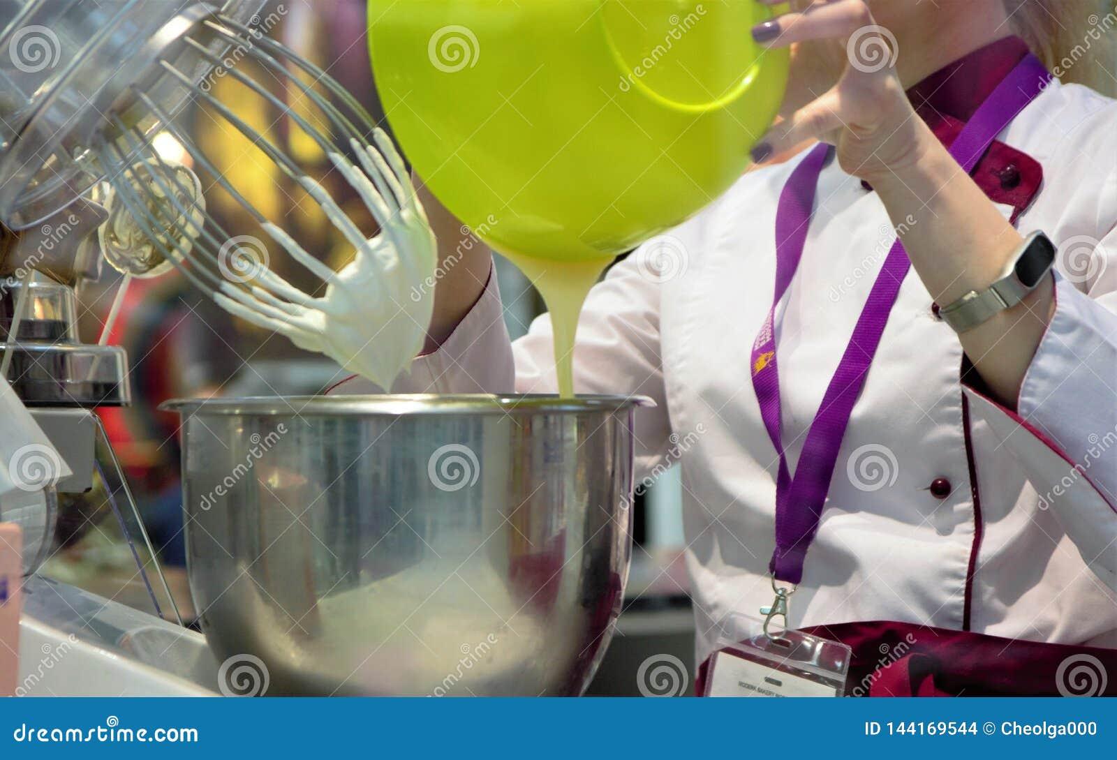 03 14 2019 la Russie, Moscou Boulangerie moderne Moscou d exposition Un confiseur malaxe une crème utilisant une machine de produ