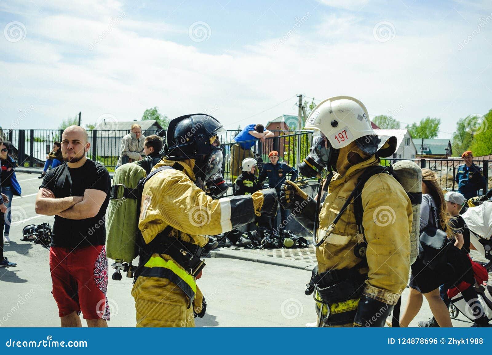 La Russie, Novosibirsk - 2 juin 2018 : concurrence indicative des sapeurs-pompiers et des sauveteurs professionnels tenue de prot
