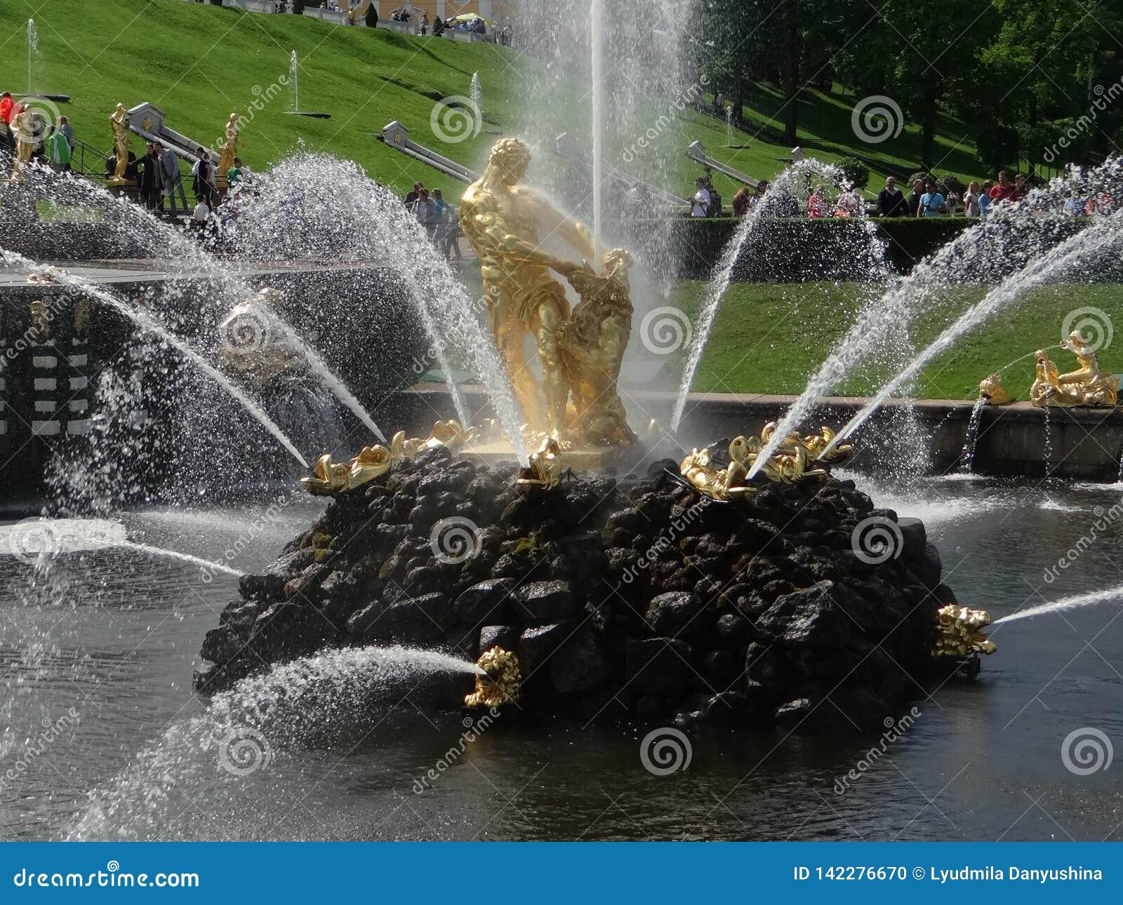 La Russie, Peterhof Samson Fountain - une belle fontaine, qui se tient au pied de la cascade grande