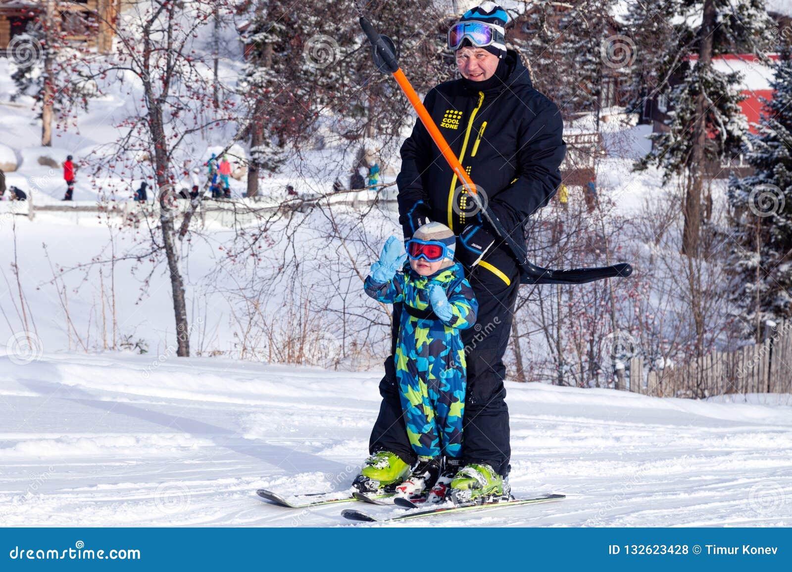 La Russie, Sheregesh 2018 11 17 skieur et enfant adultes dans la profession