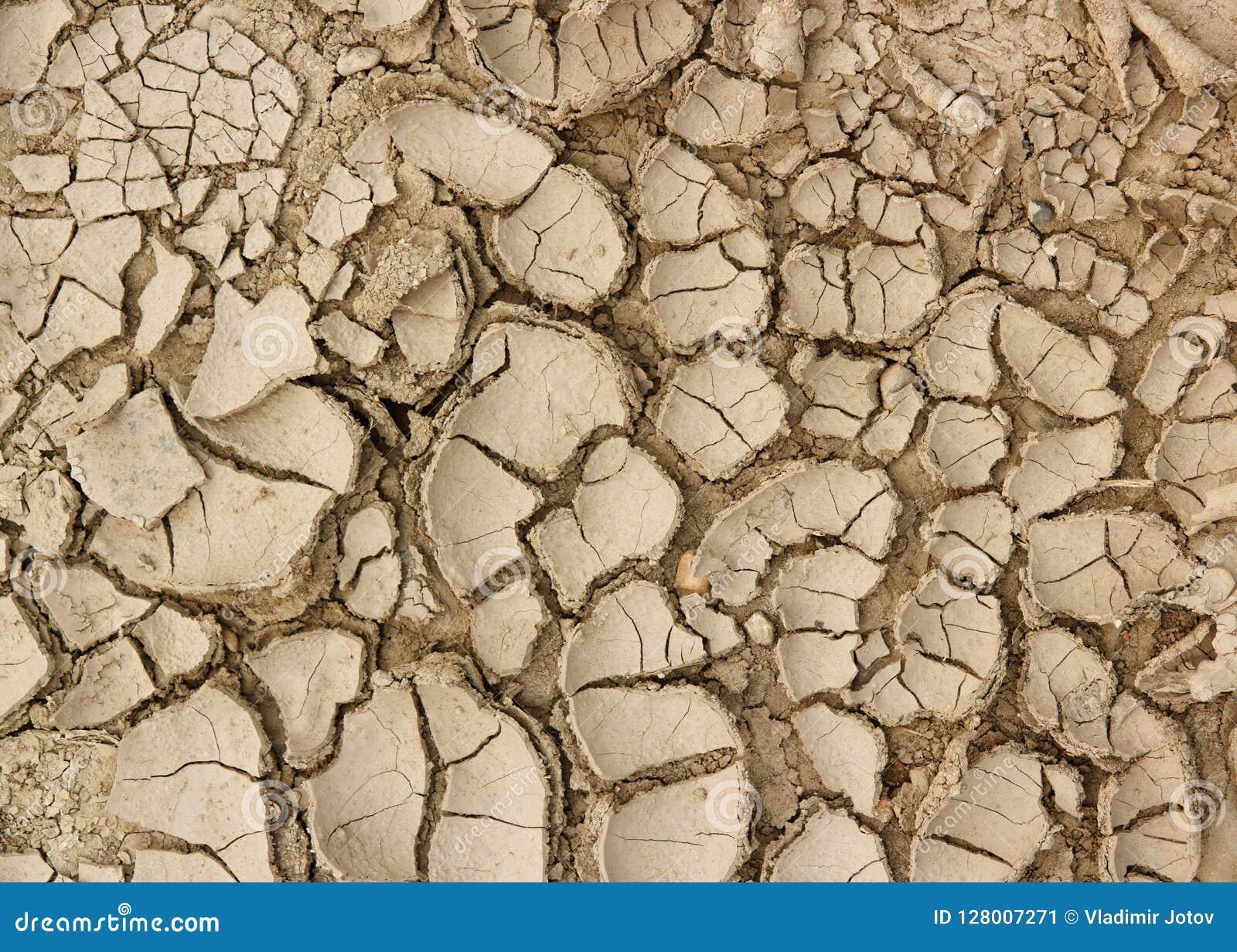 La sécheresse, la terre fend le concept de fond