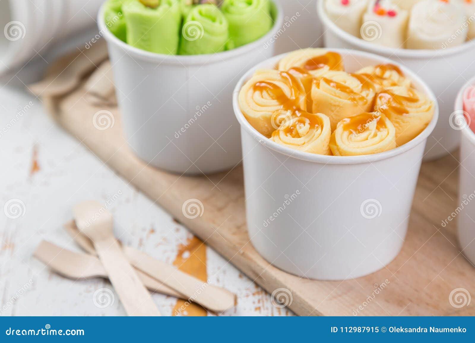 La sélection du roulé différent crème dans des tasses de cône