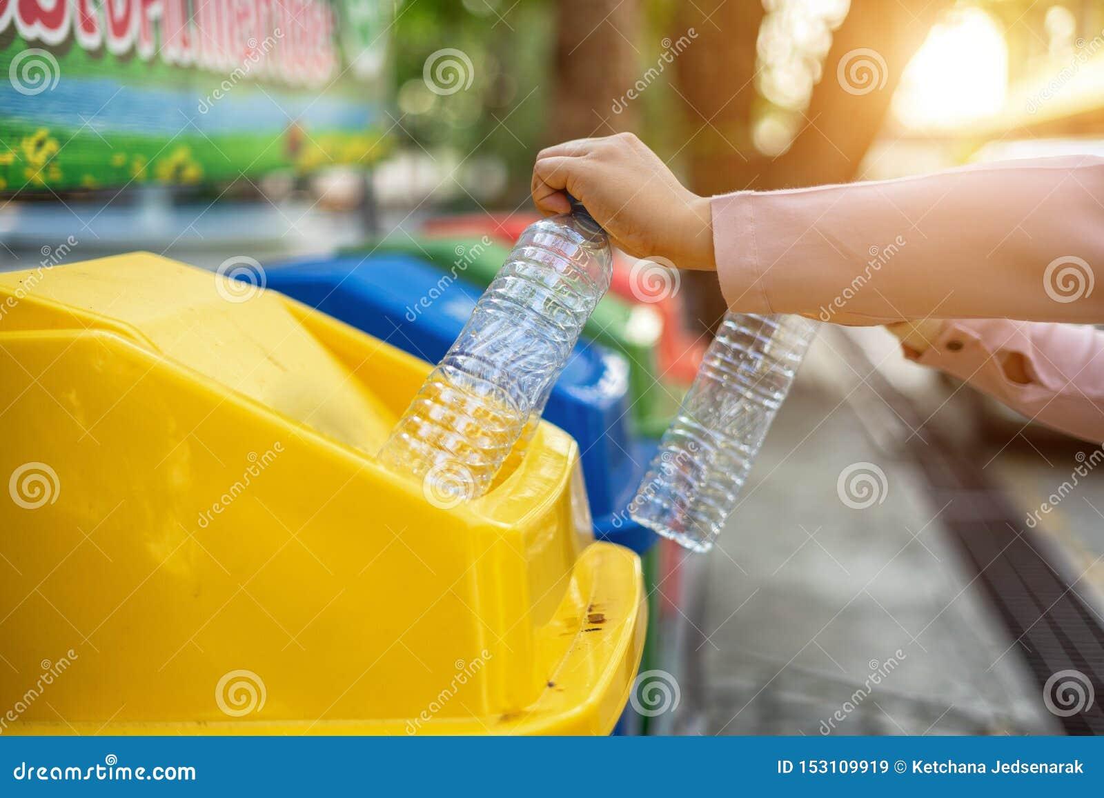 La séparation des bouteilles en plastique de rebut dans des bacs de recyclage est de protéger l environnement, ne causant aucune