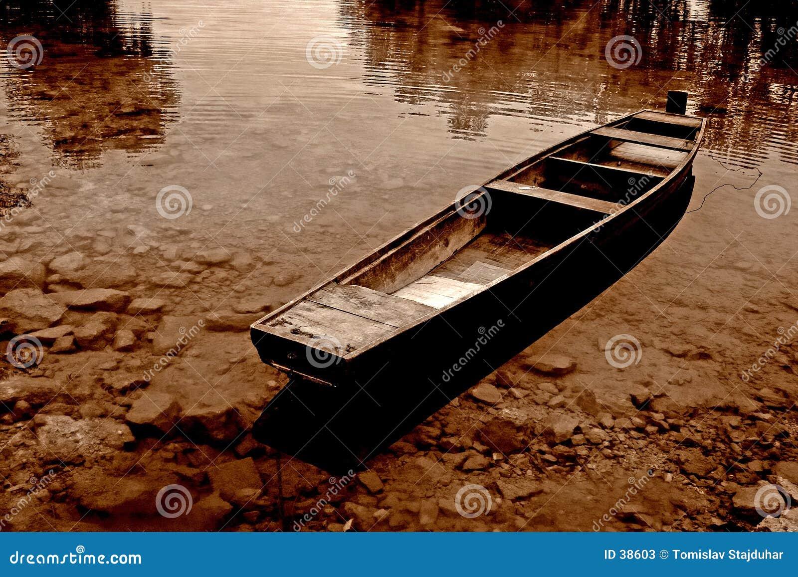 La sépia a modifié la tonalité le bateau