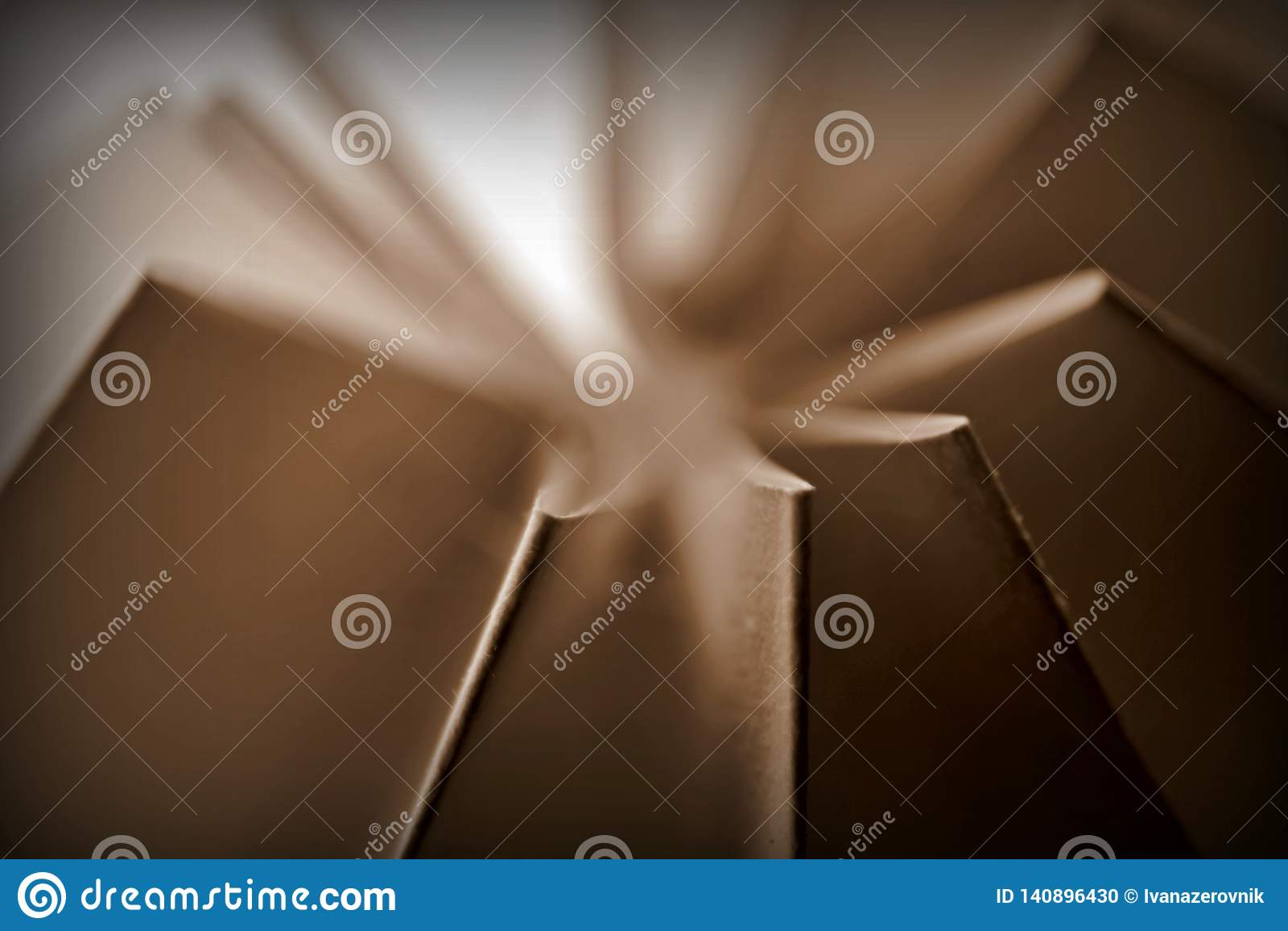 La sépia a modifié la tonalité le résumé plié de papier