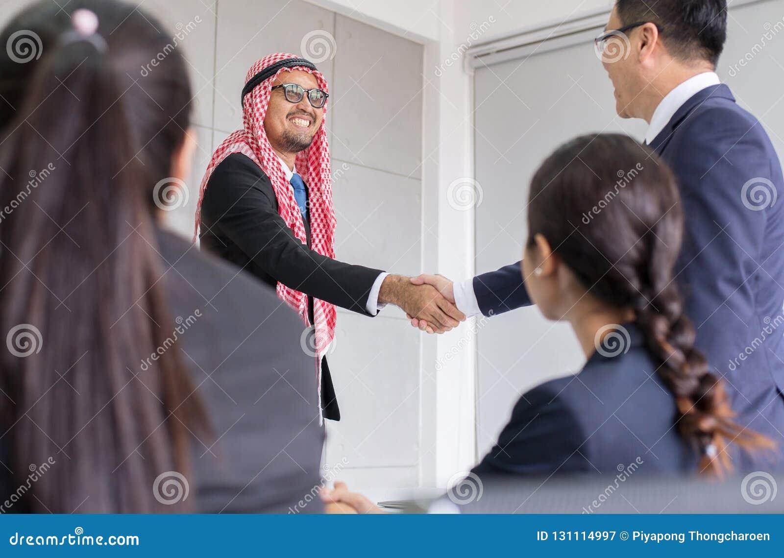 La sacudida árabe del hombre de negocios entrega un trato a la gente del socio, acertada y feliz de la sociedad que acaba para ar