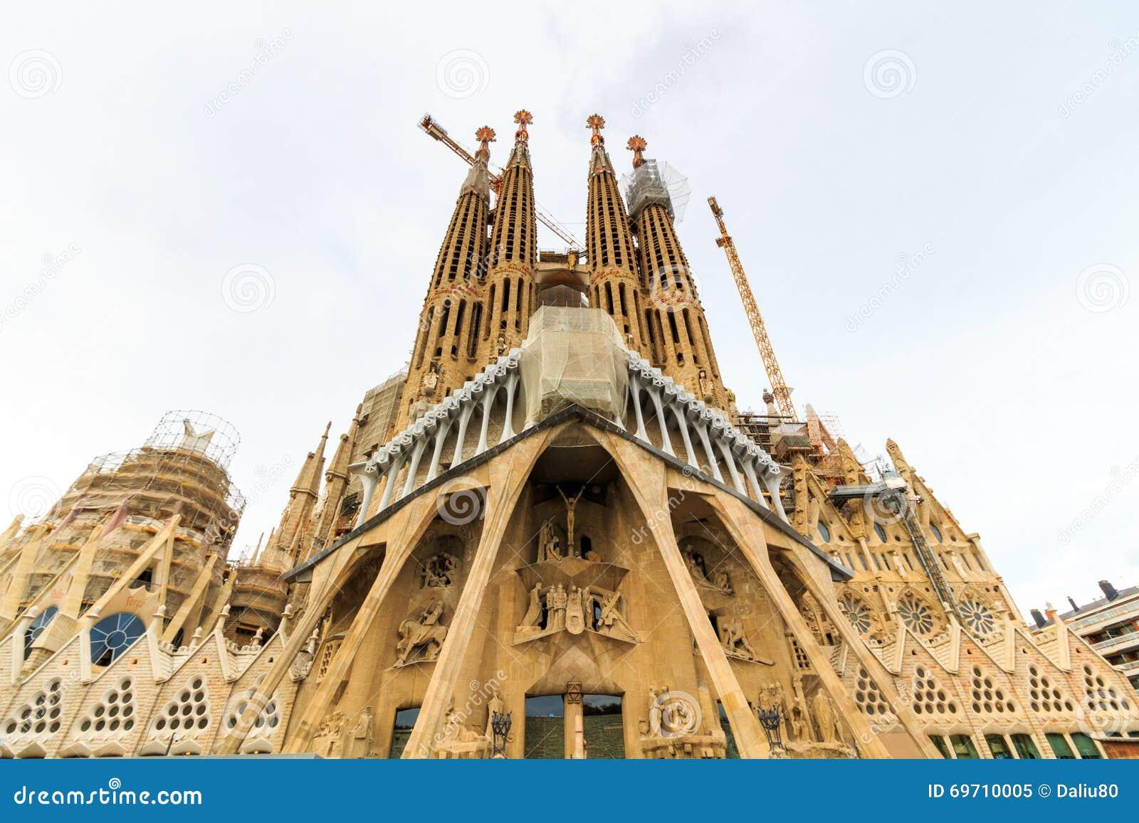 la sagrada familia la catedral diseada por el arquitecto gaudi que est siendo