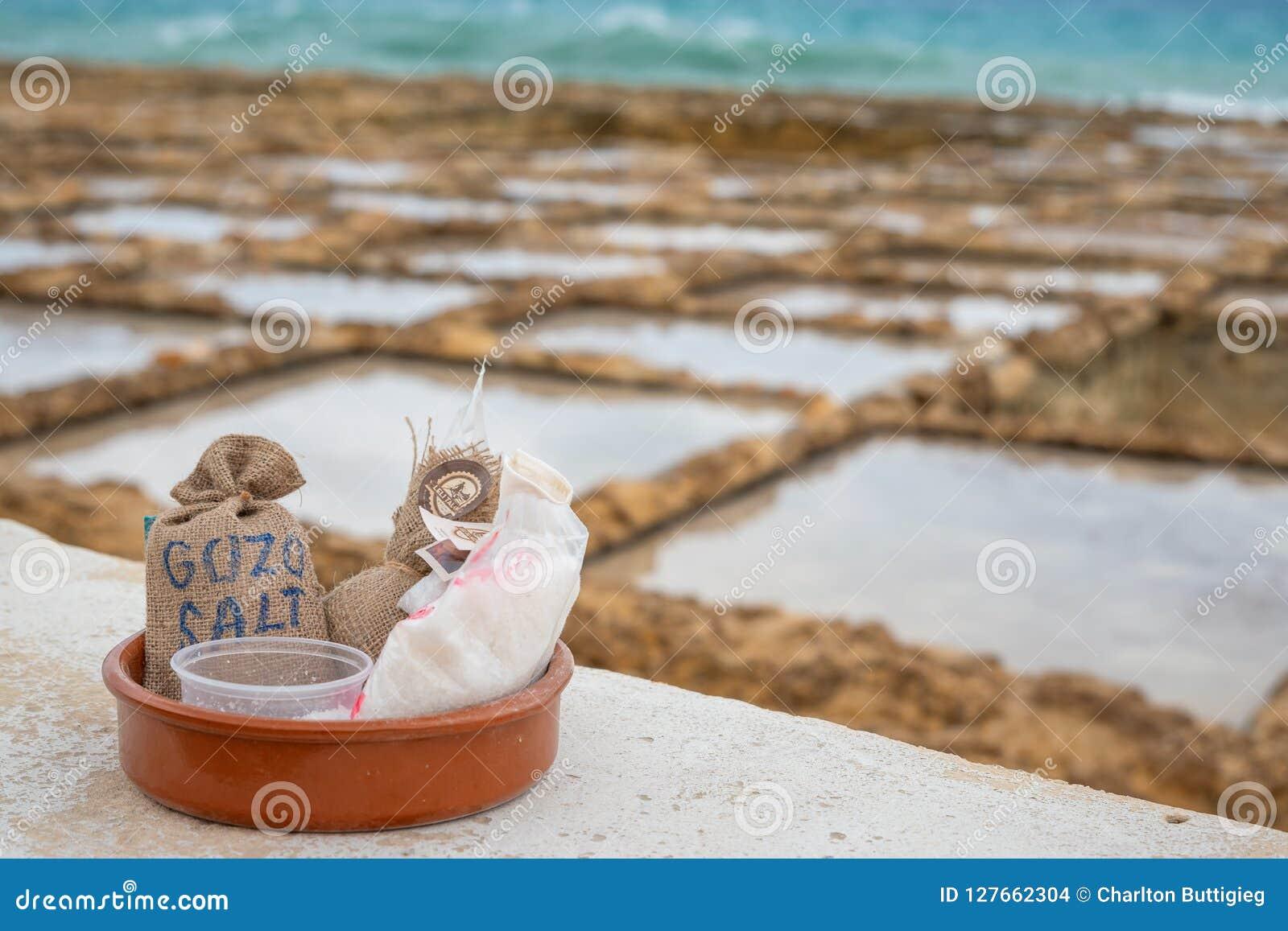 La sal de las salinas empaqueta listo para la venta en Marsalforn Gozo