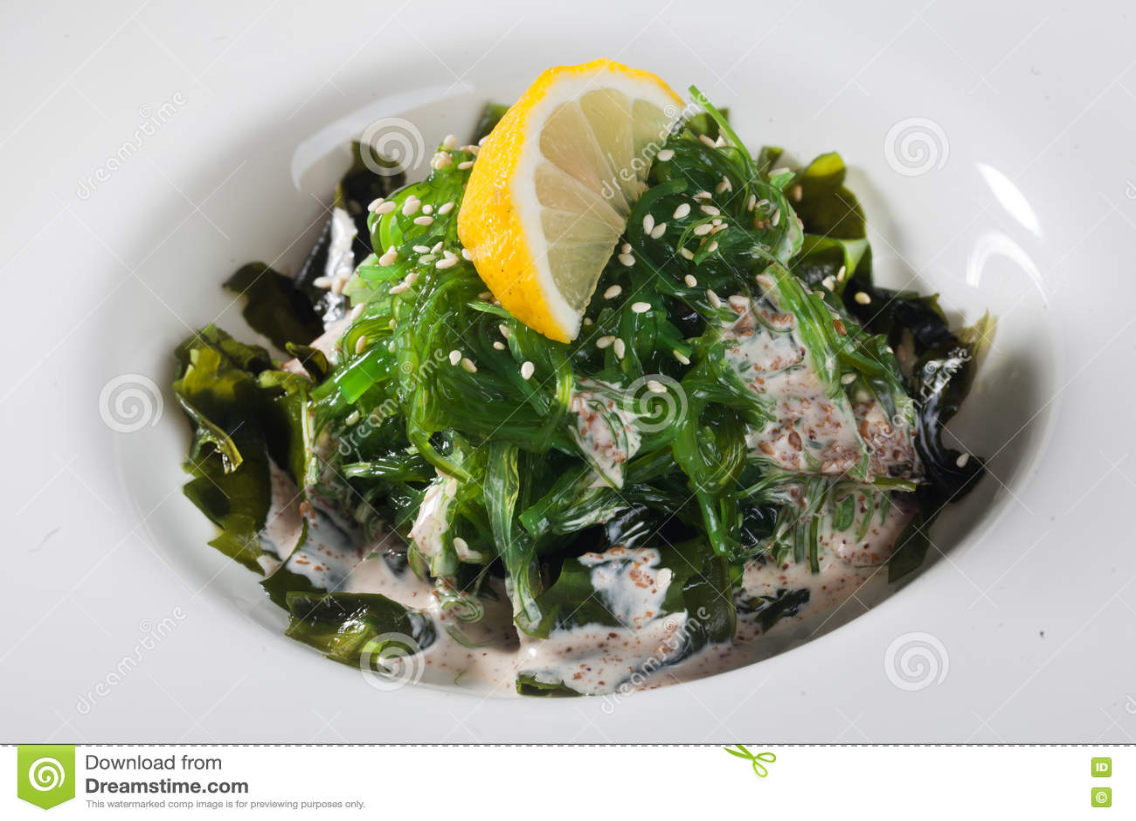 La salade de Chuka avec les graines de sésame, le citron et l écrou sauce l algue
