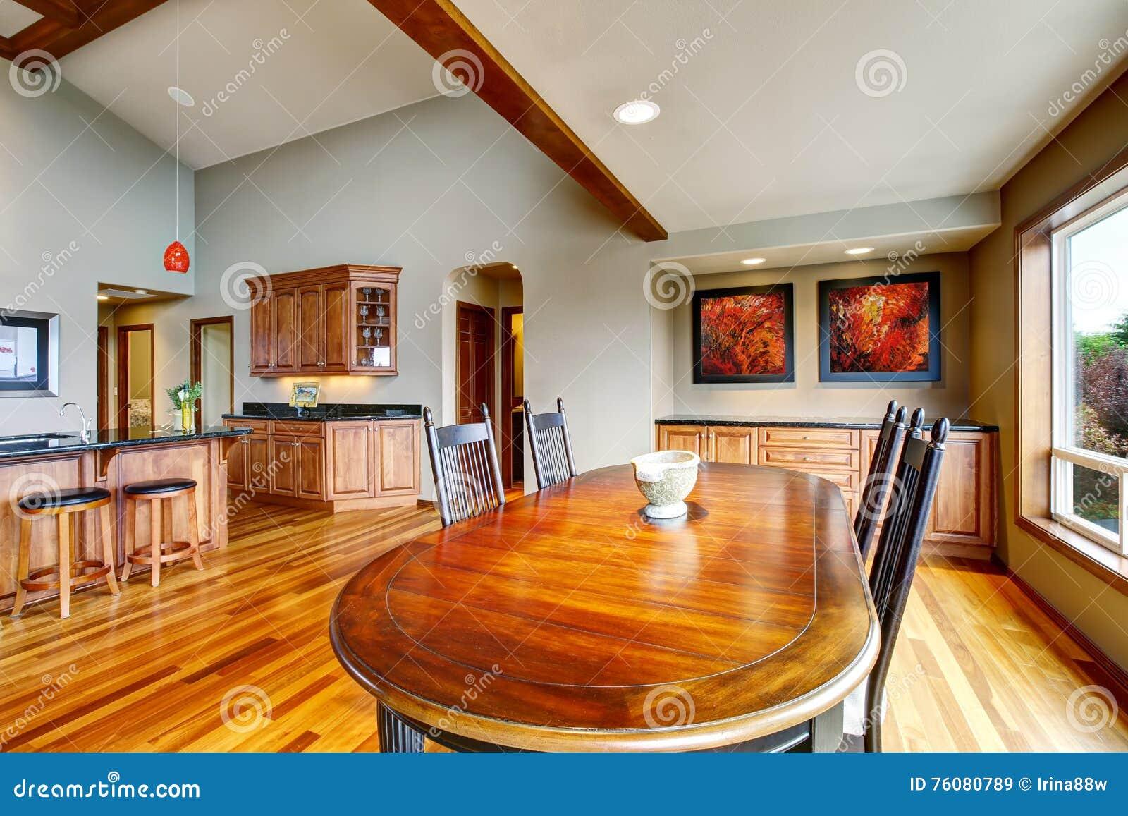 La salle à manger ouverte de plan avec l ensemble de table s est reliée à la cuisine