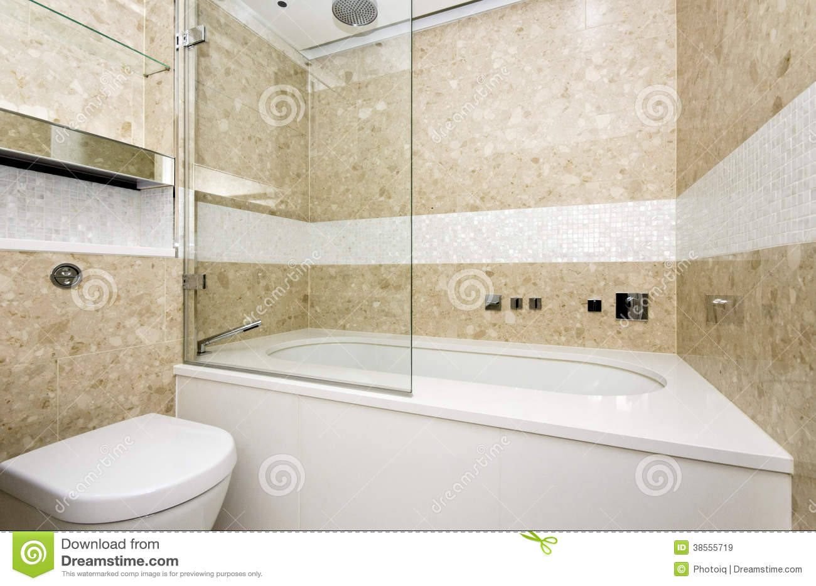la salle de bains l gante avec la grandes baignoire et mosa que de concepteur a couvert de. Black Bedroom Furniture Sets. Home Design Ideas