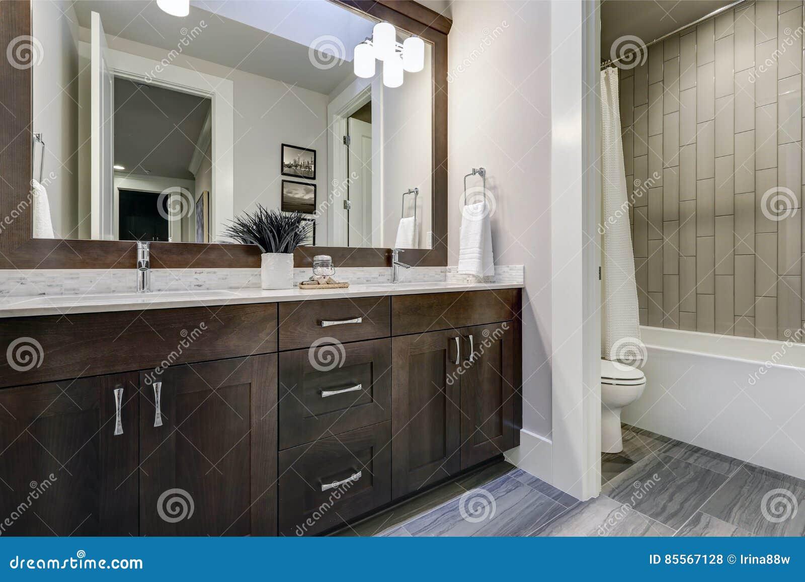 Chambre Parentale Avec Salle De Bain Et Dressing Plan ~ La Salle De Bains Blanche Et Brune Revendique Un Recoin Rempli De