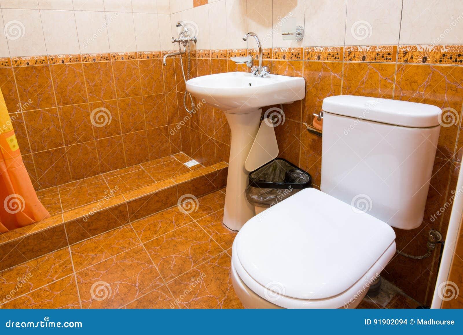 Salle De Bains Ou Toilettes ~ la salle de bains a combin avec la toilette dans l h tel la douche