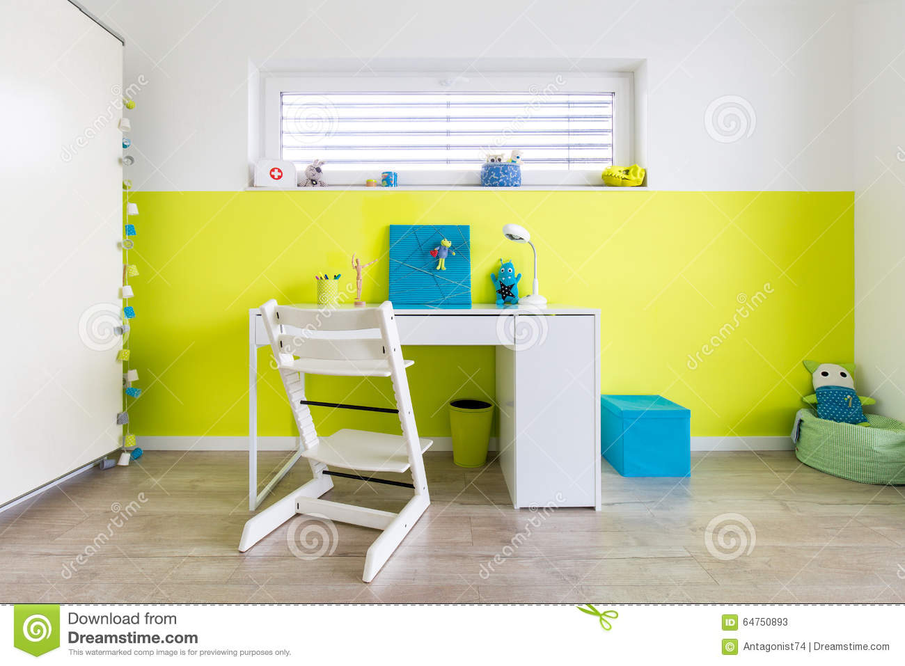 la salle de jeux des enfants avec le bureau photo stock. Black Bedroom Furniture Sets. Home Design Ideas