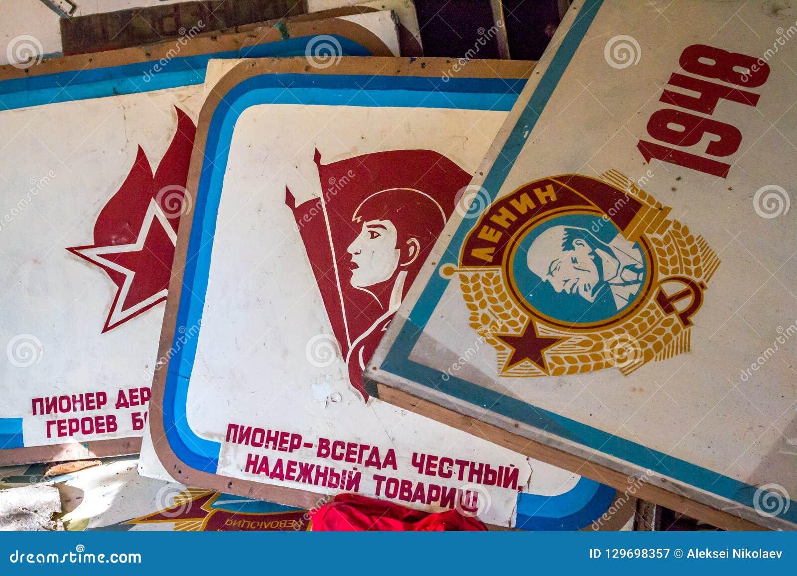 La salle ou le coin rouge du Lénine abandonné dans le bâtiment détruit du camp pionnier et des attributs communistes du Soviétiqu