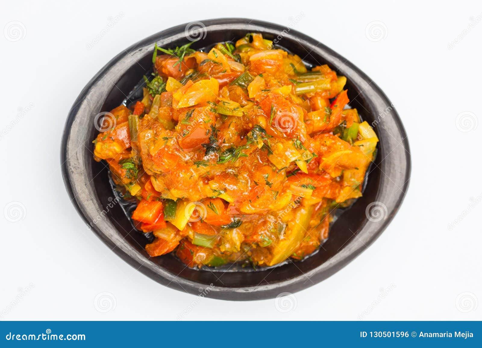 La sauce colombienne traditionnelle appelée le hogao a servi dans un plat en céramique noir