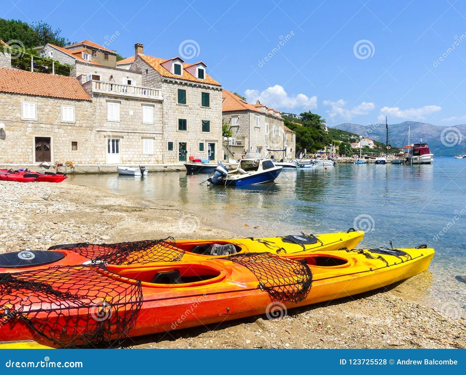 La scène côtière de Peacefull sur la côte de Dalmaitia de la Croatie avec le sport kayaks des bateaux et des maisons de vacances