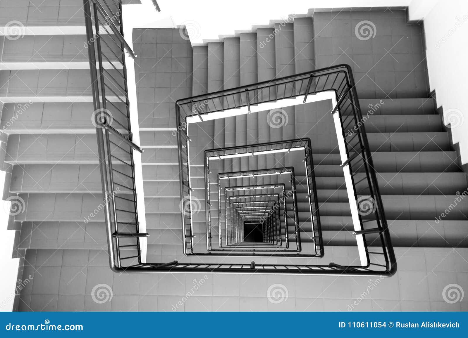 La scala a chiocciola nel centro enorme di affari in Soci