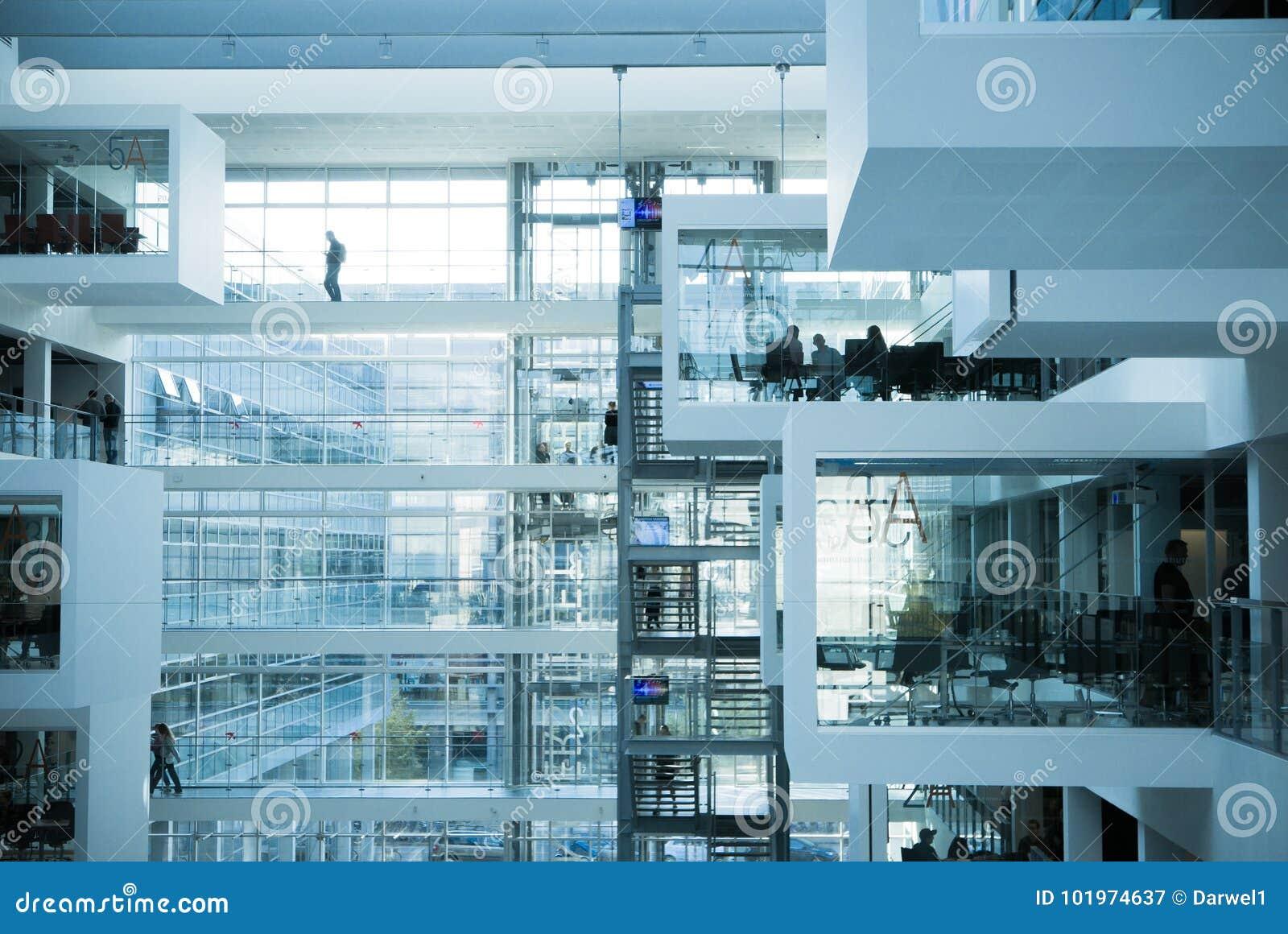 La science et gens daffaires dans le bureau moderne futuriste