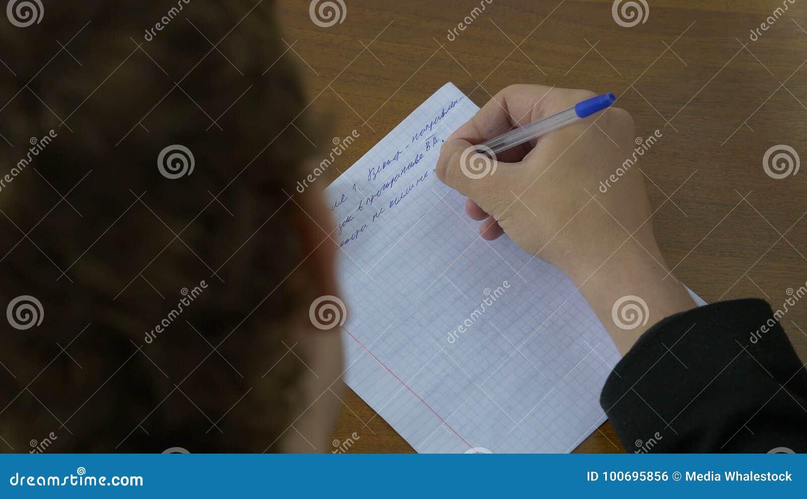 La scrittura, mano scrive una penna su carta L uomo scrive un testo su carta