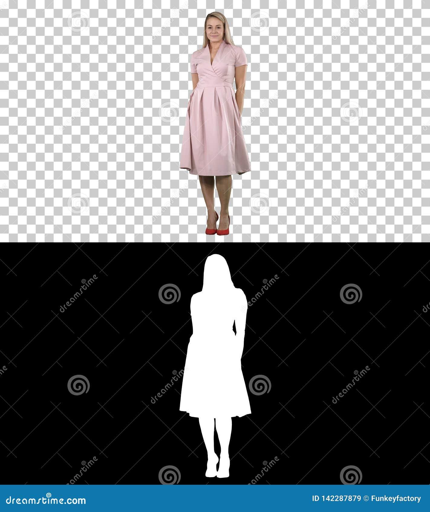 La señora hermosa en vestido rosado se atusa, Alpha Channel