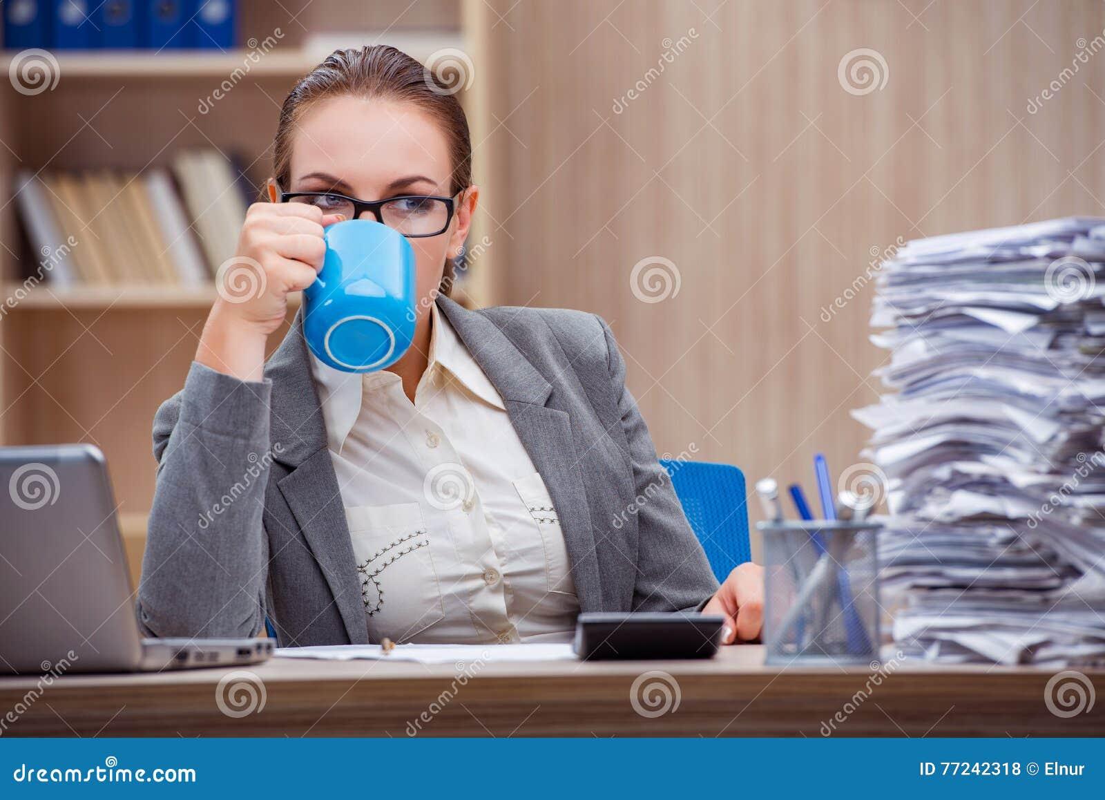La secrétaire stressante occupée de femme sous leffort dans le