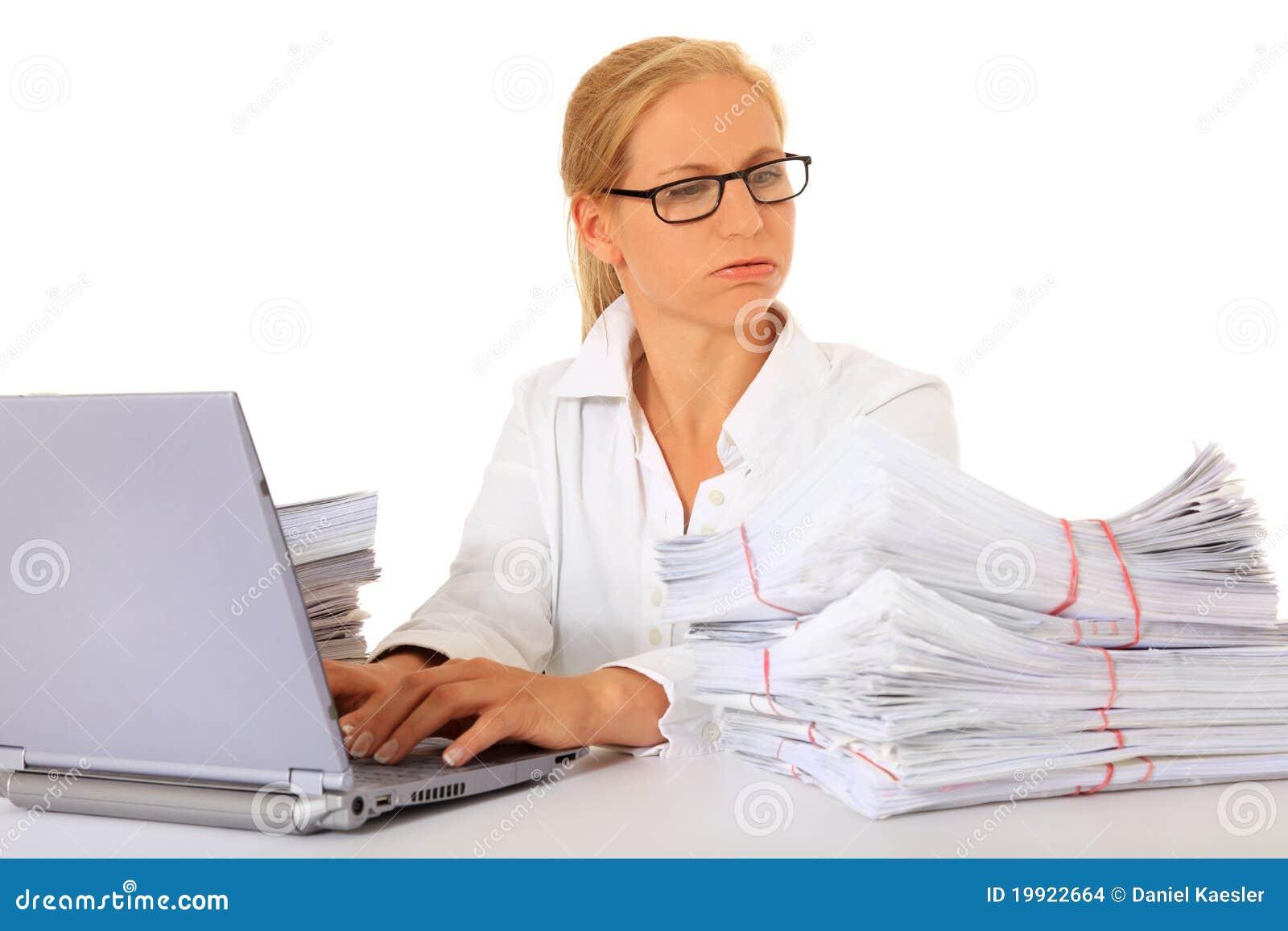 La secretaria consiguió mucho trabajo para hacer