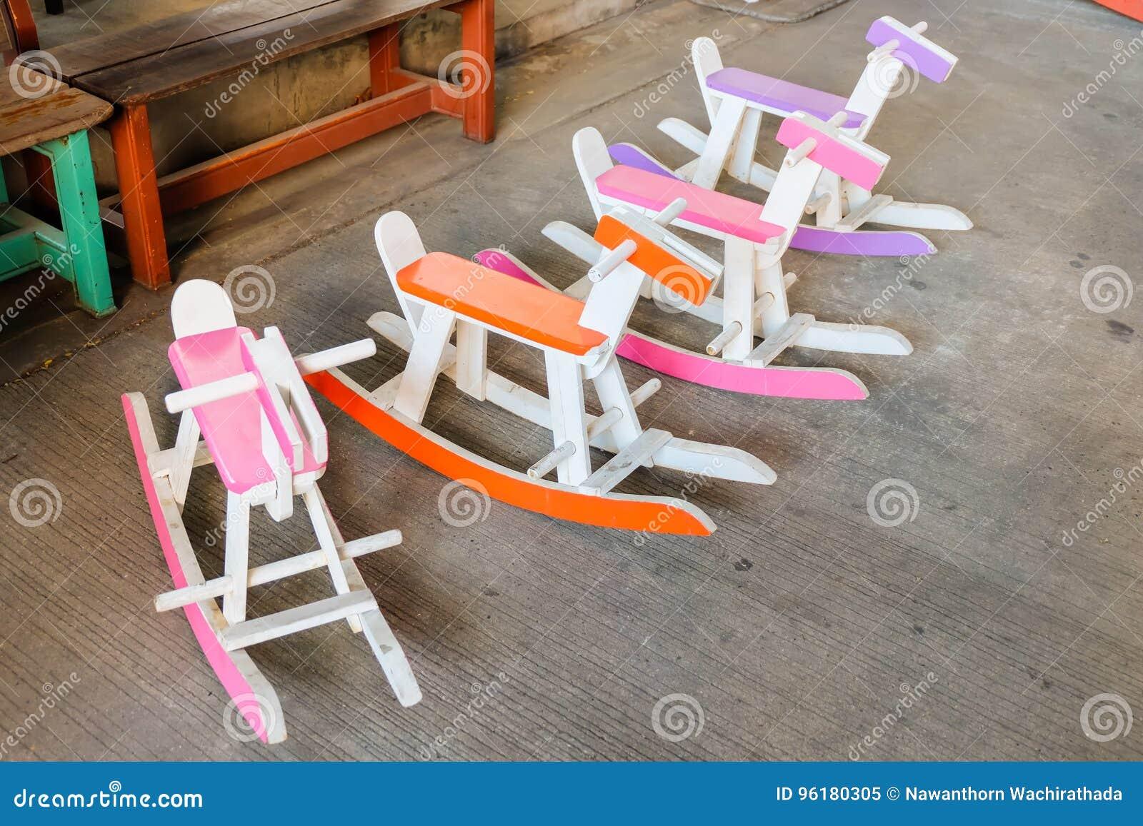 Sedie A Dondolo In Legno Per Bambini : La sedia di legno del cavallo a dondolo d annata variopinto per i