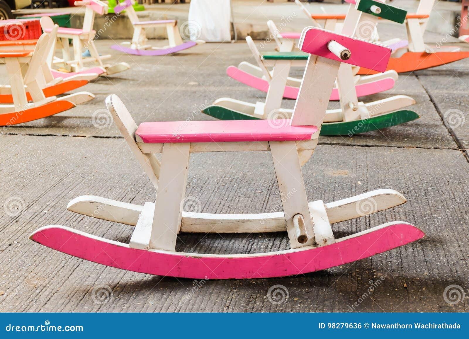 Sedie A Dondolo Bambini : Il bambù sedie a dondolo per bambini e adulti sul lato della