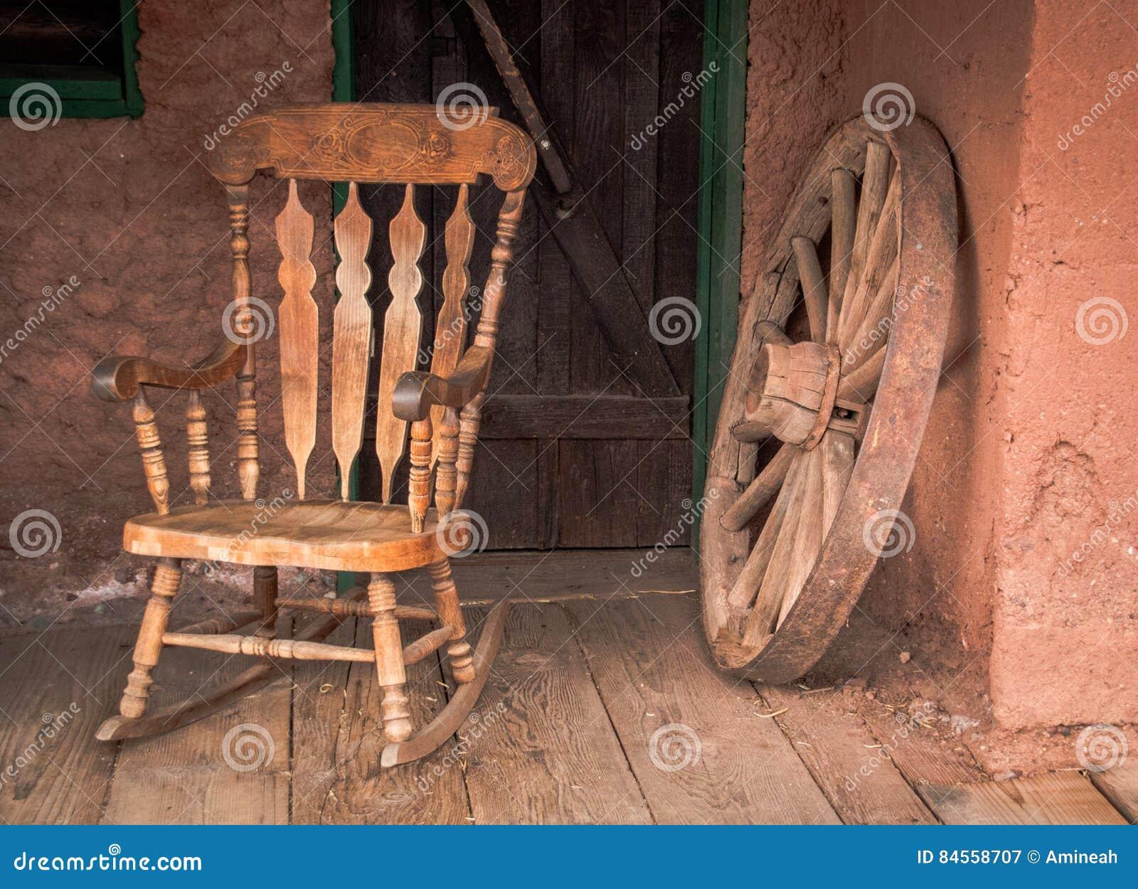 La sedia di oscillazione e vecchi di legno spingono dentro la città fantasma del calicò in U.S.A.
