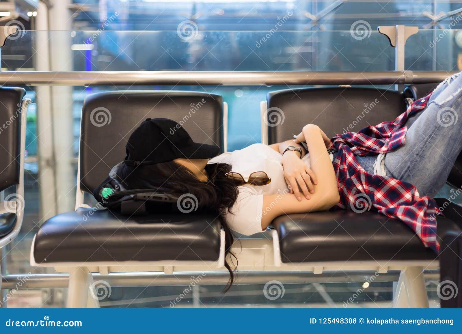 La sensación atractiva de la mujer intentada y que agujerea, vuelo consigue tarde, retraso