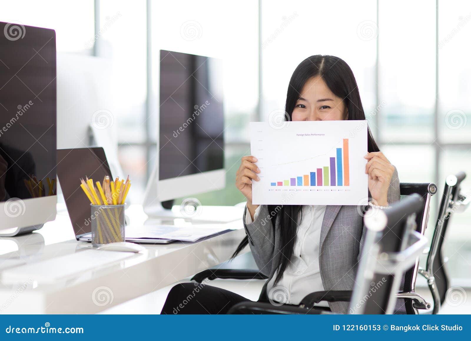 La sensation de femme d affaires heureuse et la fierté en montrant des ventes représentent graphiquement le tha