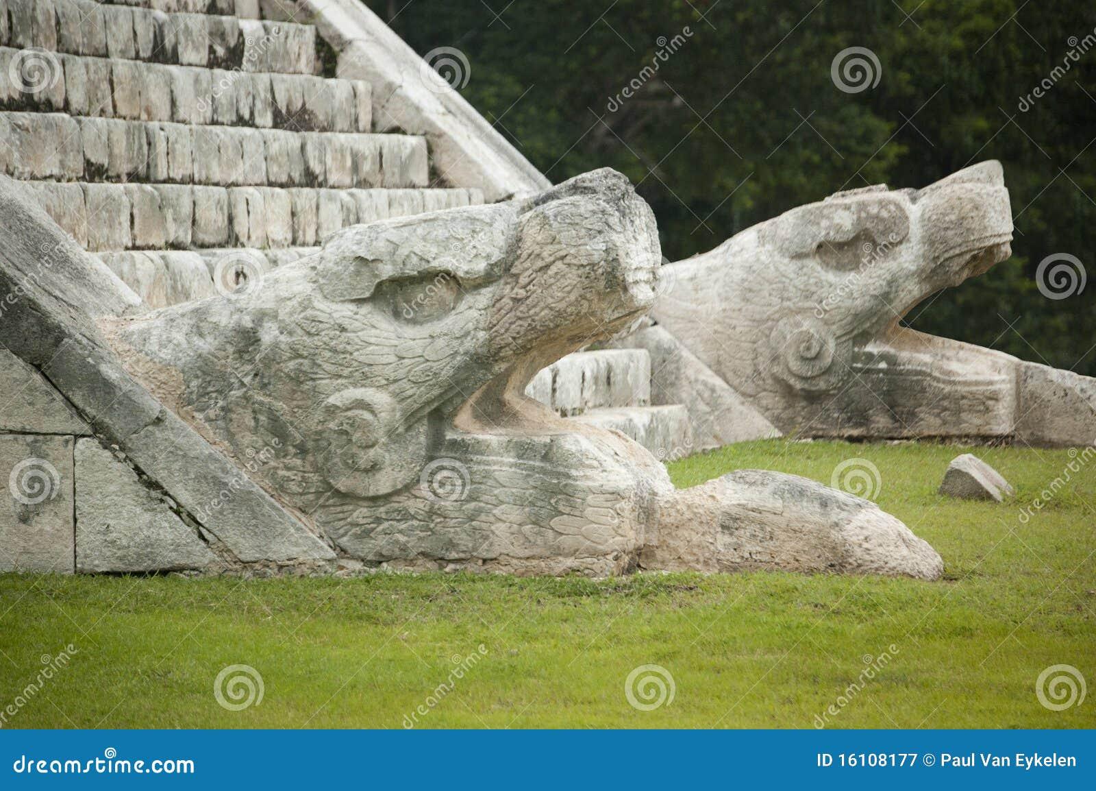 La serpiente dirige los monumentos